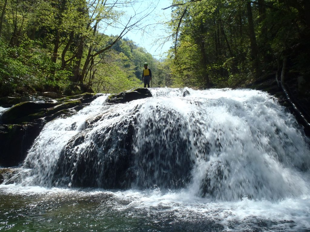 滝上に立つ男