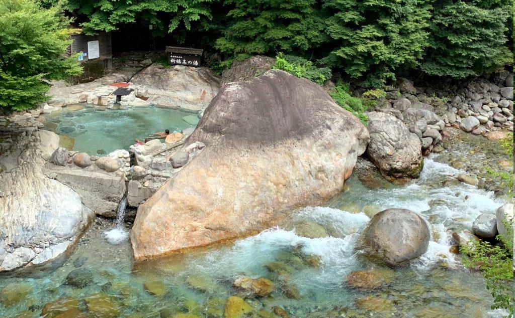 川沿いの温泉
